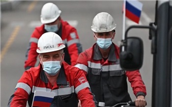 Сотрудники РУСАЛа в честь Дня России устроили велозаезд по заводу с флагами страны