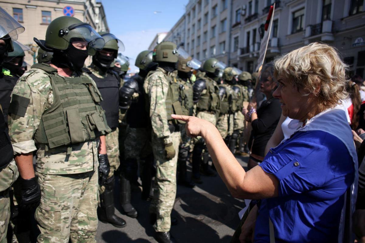 Белорусов будут судить за оскорбления силовиков во время протестов