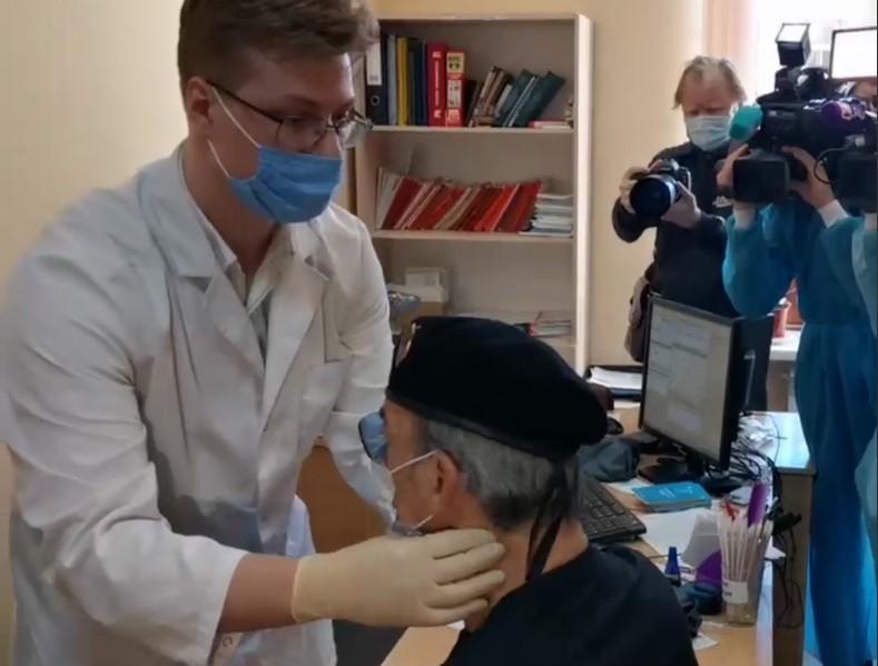 А шляпа не спала: Боярский потерял сознание перед вакцинацией и попал на видео
