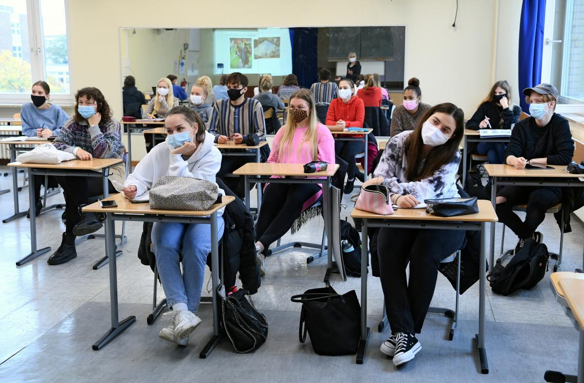 В Италии школьница протестует против дистанционного обучения: уверяет - в школе безопасно