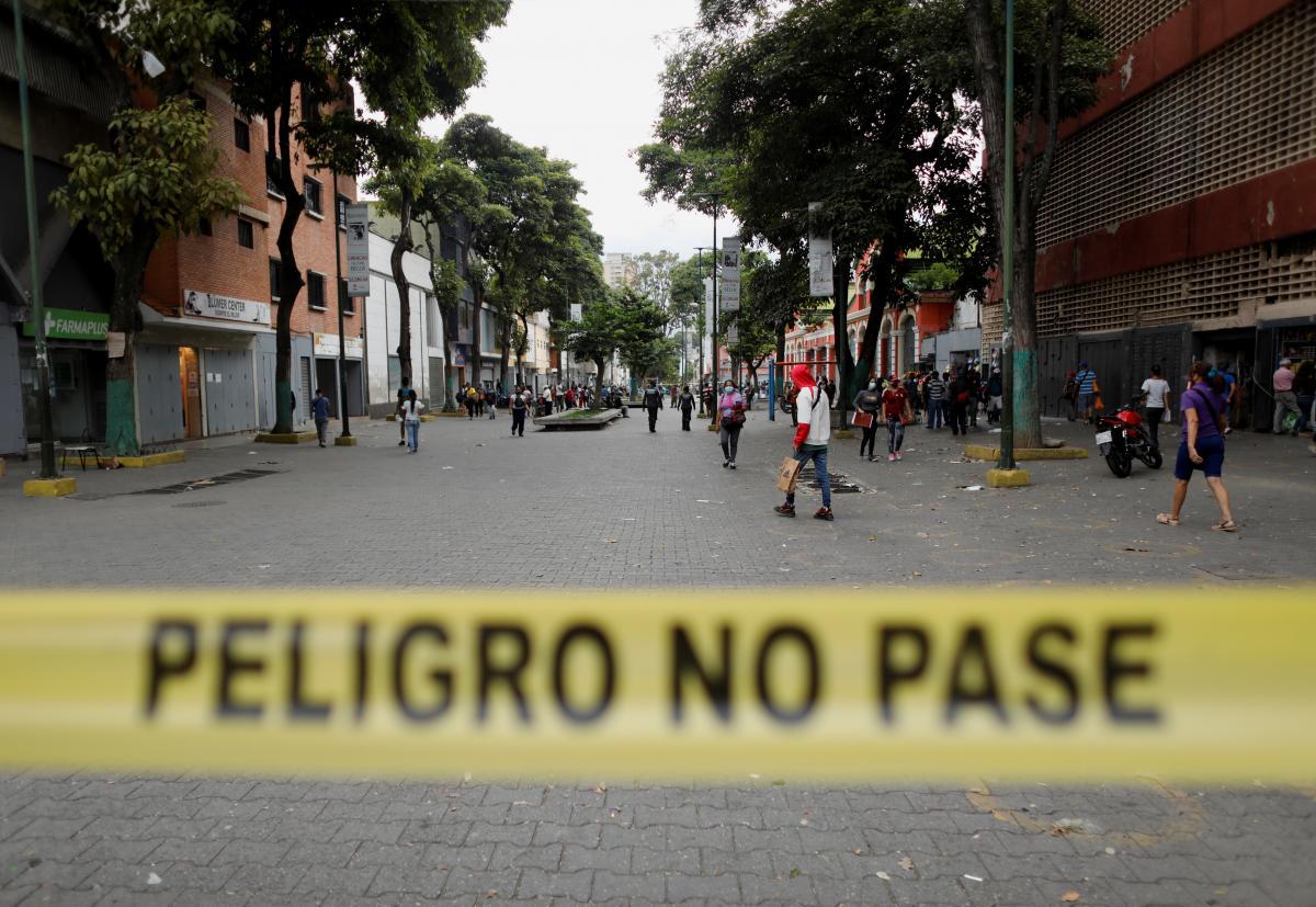 В Венесуэле решили помечать спецтабличками дома больных коронавирусом