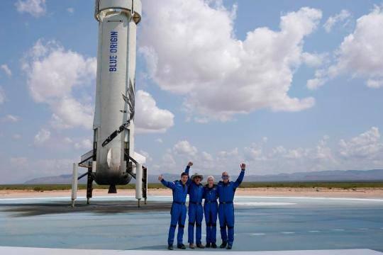 Основатель Amazon Безос слетал в космос – он стал вторым после главы Virgin Galactic Брэнсона, но не проиграл