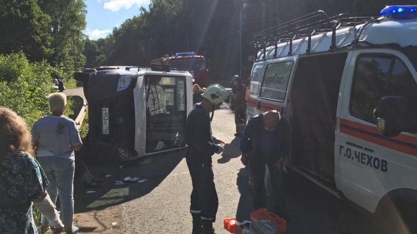 Автобус с 15 пассажирами перевернулся на трассе в Подмосковье