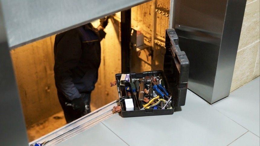 Видео: лифт сорвался вниз, пока из него доставали застрявших людей
