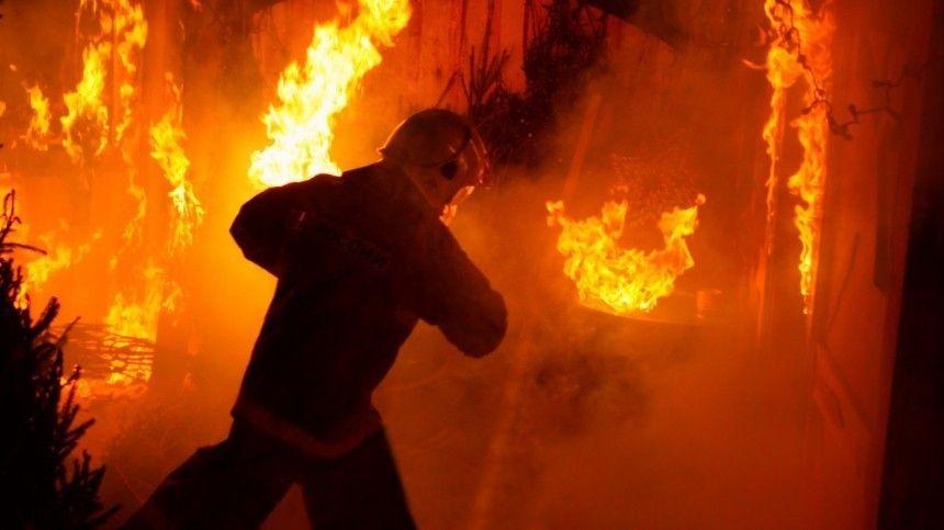 Огонь стремительно распространяется на загоревшемся складе в Москве