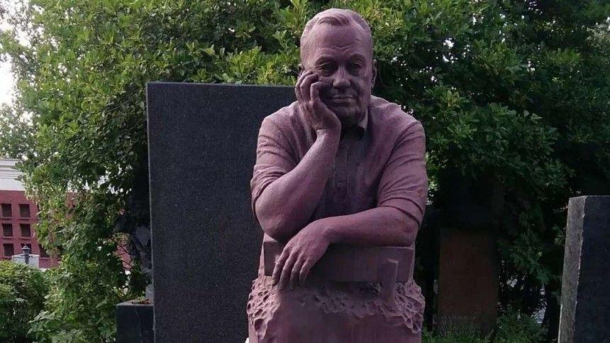 Названы возможные причины мистического изменения цвета памятника на могиле Рязанова