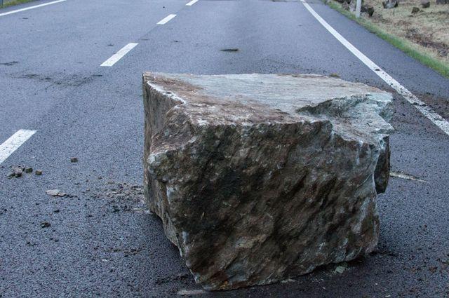 Камень на трассе. Какие ловушки устраивают мошенники на дорогах?