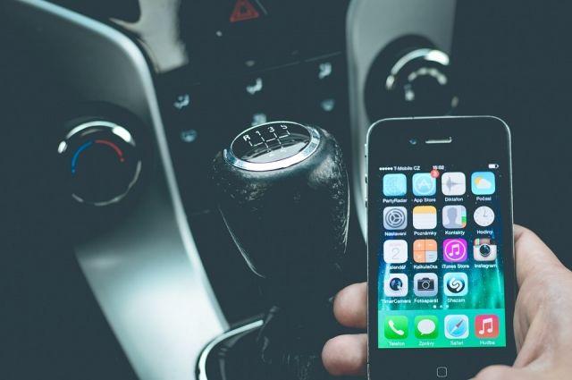 В РФ предложили увеличить штраф за использование телефона за рулём