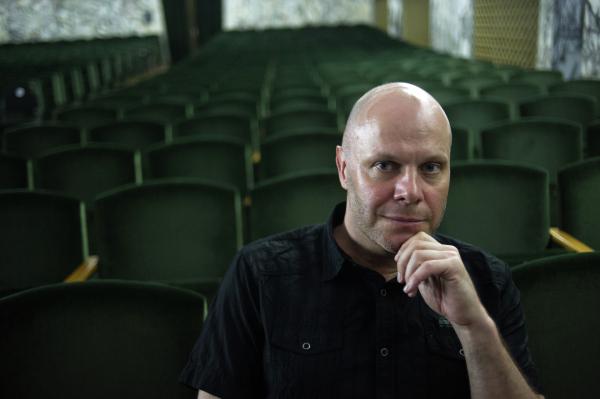 Кортнев объяснил, почему МХАТ отменил спектакли с Бузовой