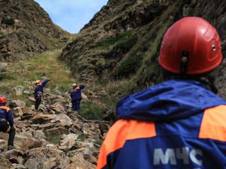 Туристы, попавшие под камнепад, не могут идти самостоятельно