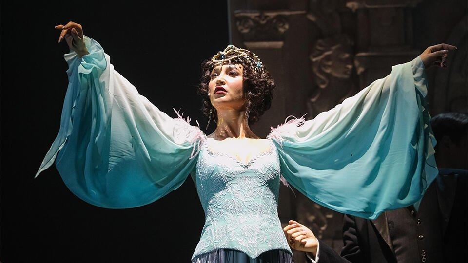 Поп-звезда в театре: как Бузова спасала Сталина на сцене в МХАТа