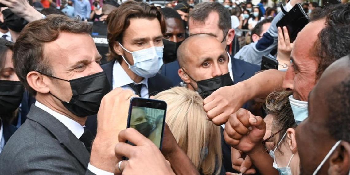Напавший на Макрона мужчина заявил, что политик 'олицетворяет упадок страны'