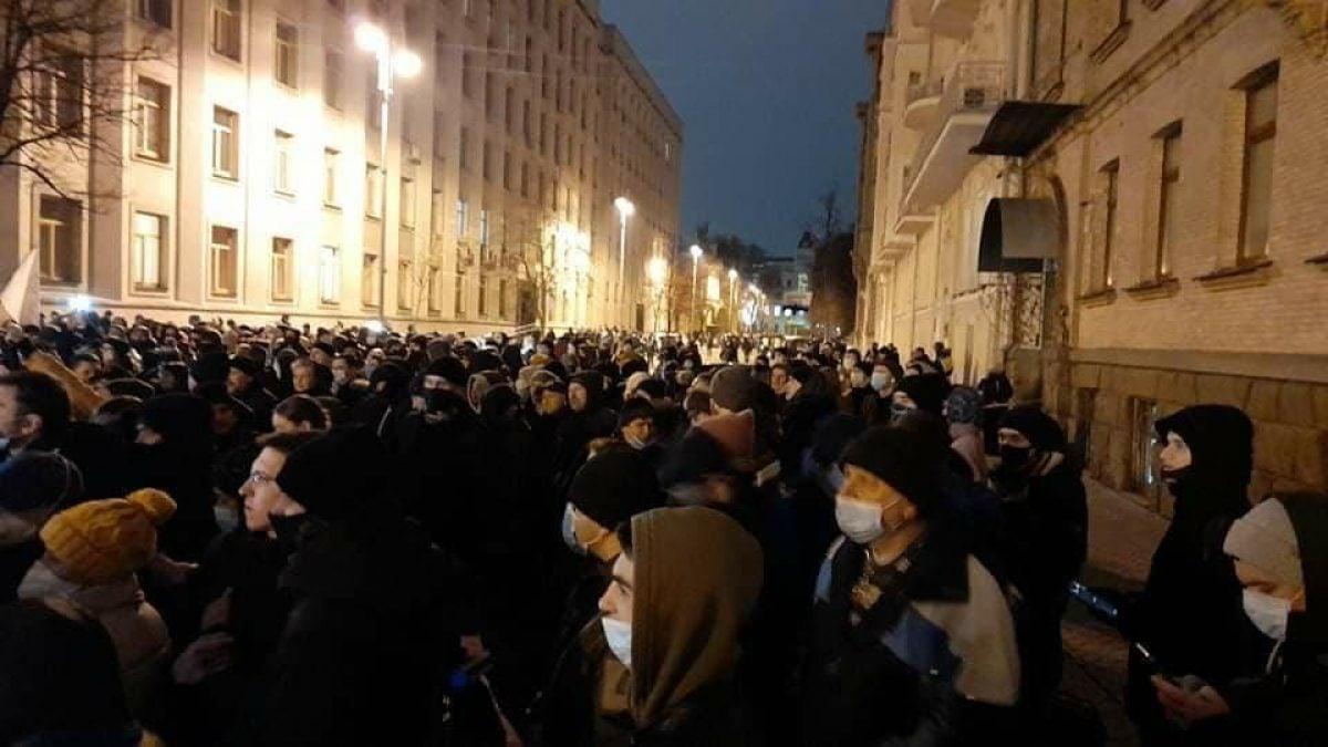 В Киеве сотни людей вышли на акцию протеста из-за приговора Стерненко, началась толкотня с полицией