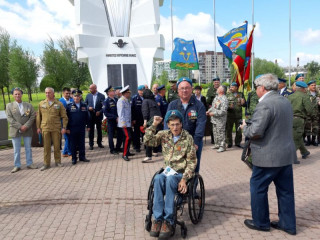 Одному из первых юбилейная медаль «90 лет ВДВ» была вручена саперу Дмитрию Корхову