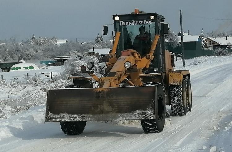 В Приморье продолжается расчистка дорог от снега и наледи