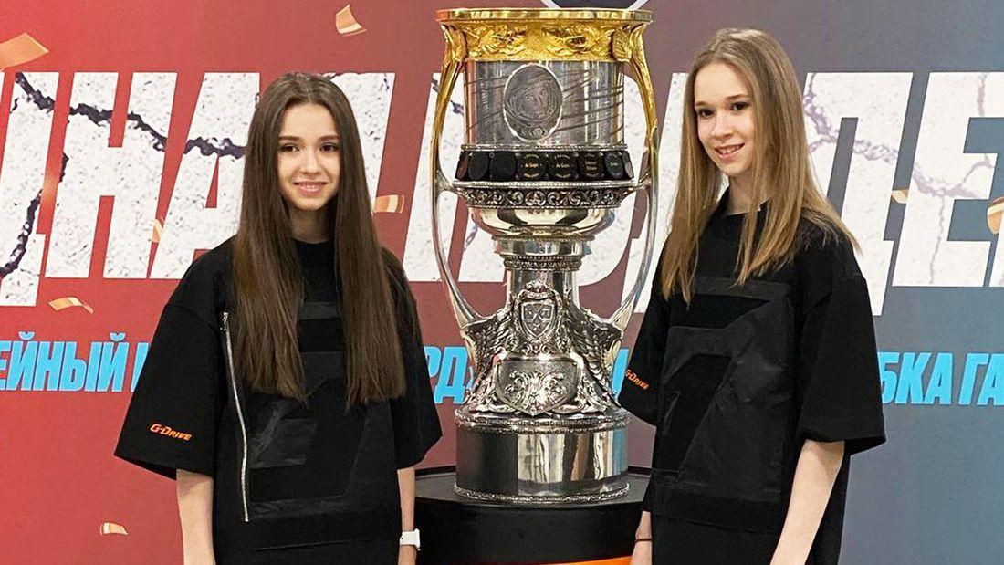 Фигуристки Валиева и Хромых развлеклись на матче «Зенита»: танец со звездой Тик Тока, позирование с Кубком Гагарина
