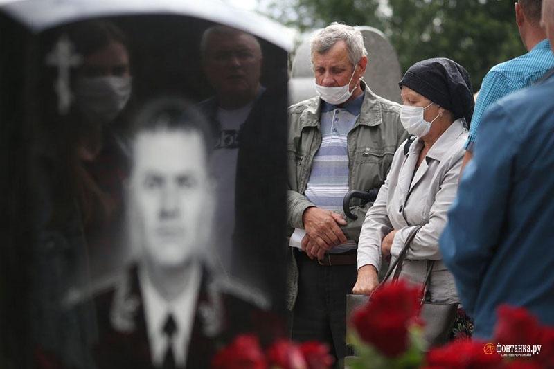В годовщину гибели у памятника гидронавтам в Петербурге собрались только свои. Официальное открытие отложено на воскресенье